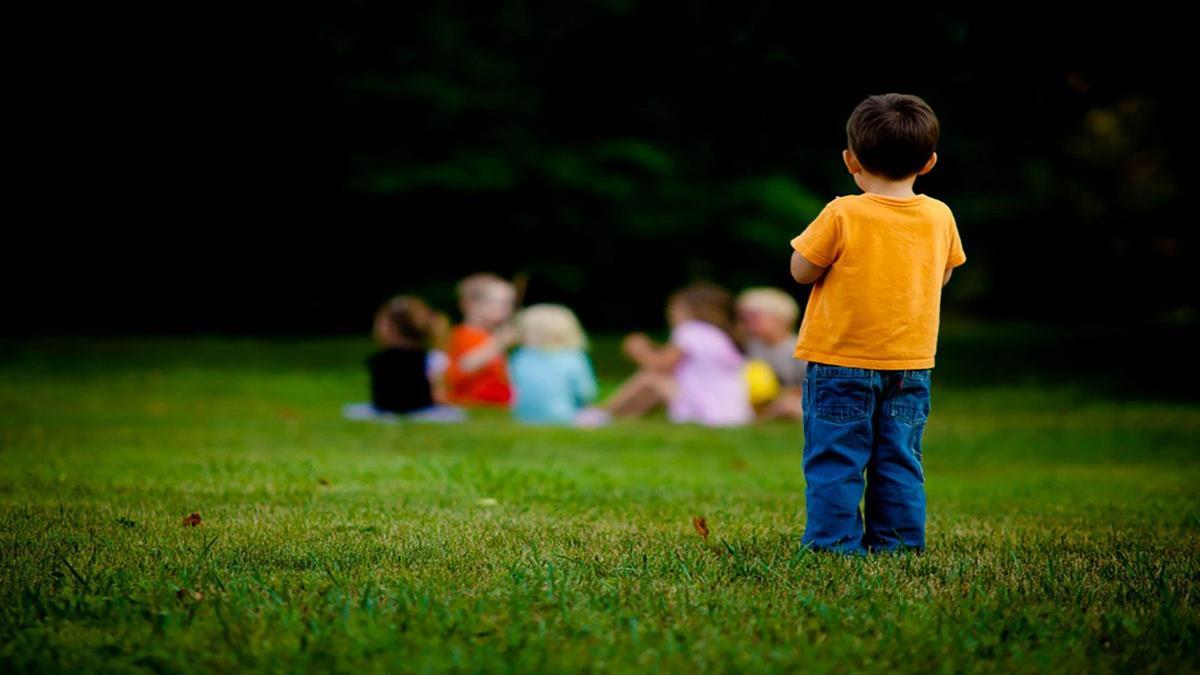 «Μαμά, τα παιδιά δεν με παίζουν»: πώς βοηθάμε ένα νήπιο να κάνει φίλους