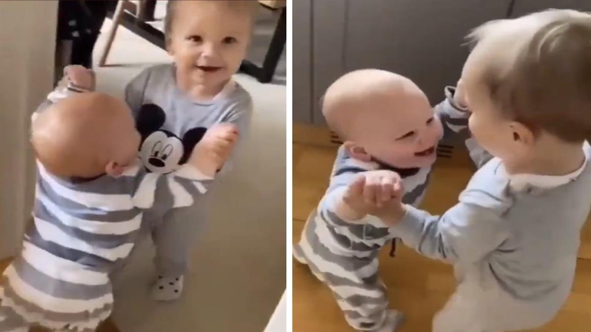 Νήπιο μαθαίνει στον μικρό του αδερφό να περπατάει