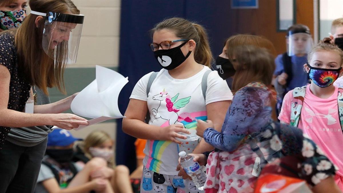 Γονέας - αρνητής μήνυσε εκπαιδευτικούς για μάσκα και self test