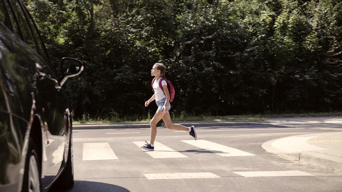 13χρονη μαθήτρια παρασύρθηκε από αυτοκίνητο στο δρόμο για το σχολείο