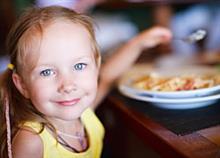 Με το παιδί στην ταβέρνα: Κανόνες συμπεριφοράς και διατροφικές επιλογές