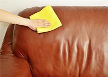 Πώς θα καθαρίσετε τον καναπέ: Πρακτικές συμβουλές και λύσεις