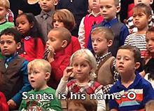 Τραγουδά στη νοηματική για τους κωφούς γονείς της στη σχολική γιορτή: Δείτε το συγκινητικό video!