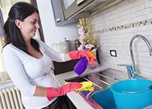 Πώς θα καθαρίσετε (σχεδόν) τα πάντα στην κουζίνα