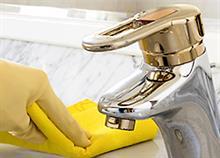Πώς θα καθαρίσετε (σχεδόν) τα πάντα στο μπάνιο!