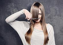 Πώς να κουρέψετε τα μαλλιά σας μόνη σας στο σπίτι!