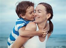 Οι 3 καθημερινές κινήσεις που σας φέρνουν πιο κοντά με το παιδί