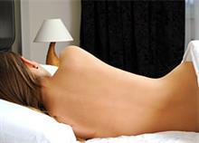 8 απίστευτα οφέλη του να κοιμάστε γυμνοί