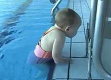 Μωρό-δελφίνι: Δείτε αυτό το βίντεο αν το παιδί σας πάει κολυμβητήριο!