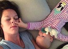Τι σημαίνει ύπνος με το μωρό: Ένα ξεκαρδιστικό βίντεο