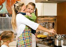 Με πόσα θα έπρεπε να αμοίβεται μια μητέρα και νοικοκυρά;