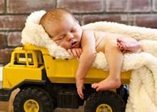 Απίστευτο: Δείτε τι έκανε αυτός ο μπαμπάς για να κοιμίσει το μωρό!