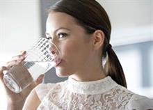Πότε πρέπει να πίνουμε κρύο και πότε ζεστό νερό;