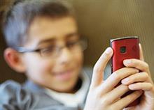 5 πράγματα που πρέπει να σκεφτείτε πριν πάρετε κινητό στο παιδί