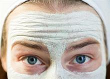 Μάσκα προσώπου: 3 σπιτικές συνταγές για λαμπερή επιδερμίδα