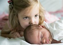 Αδερφές με διαφορά ηλικίας: Τα χαρακτηριστικά μιας υπέροχης σχέσης