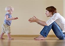 Τα πρώτα βήματα του μωρού: Πότε θα τα κάνει και πώς να το βοηθήσετε