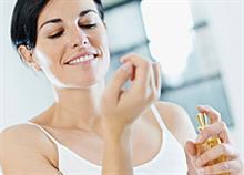Πώς να κάνετε το άρωμά σας να διαρκέσει περισσότερο