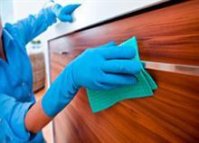 Πώς να καθαρίσετε τέλεια τα ντουλάπια της κουζίνας