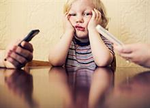 Τα παιδιά έχουν ανάγκη να «ξεκολλήσουμε» από τα κινητά μας!