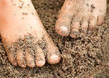Πώς να καθαρίσετε τα πόδια του παιδιού από την άμμο κι ακόμα 13 tips παραλίας
