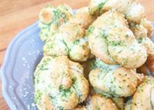 Το τέλειο ορεκτικό: Κόμποι ζύμης με σκόρδο, παρμεζάνα και μυρωδικά!