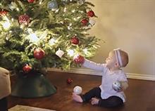 Πώς είναι τα Χριστούγεννα όταν έχεις μωρό σε ένα βίντεο βγαλμένο απ' τη ζωή