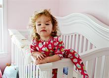 Πώς θα καταλάβετε ότι το μωρό σας είναι έτοιμο να πάει από την κούνια στο κρεβάτι