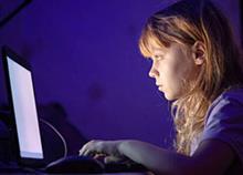 Πώς προσεγγίζουν οι επιτήδειοι τα παιδιά στο διαδίκτυο