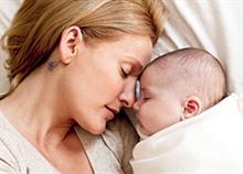 «Δένομαι με το μωρό μου δεν σημαίνει απαραίτητα θηλάζω και κοιμάμαι μαζί του»