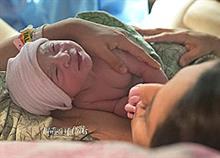 12 μητέρες κρατούν για πρώτη φορά αγκαλιά το νεογέννητο μωρό τους