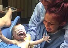 12χρονο κορίτσι φέρνει στον κόσμο το αδερφάκι της