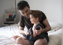 Στους μπαμπάδες που μεγαλώνουν μόνοι τα παιδιά τους…