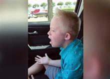 Ένας 9χρονος με σύνδρομο Down τραγουδάει και συγκινεί!