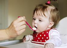 Αυτές είναι οι συστάσεις του Υπουργείου Υγείας για την εισαγωγή στερεών τροφών στη διατροφή των βρεφών