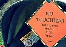 «Μην μ' αγγίζετε. Τα μικρόβιά σας είναι μεγάλα για μένα»: Τα ταμπελάκια που χρησιμοποιούν γονείς για να προστατεύσουν τα μωρά τους