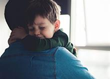 «Ο μπαμπάς δουλεύει τόσο πολύ που δεν τον βλέπουμε πια»: Πώς επηρεάζεται η οικογένεια