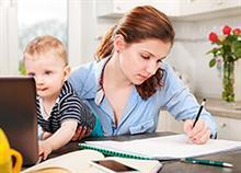 Καριέρα ή παιδιά: Το δίλημμα που θέτει όχι η μητρότητα αλλά τα κοινωνικά στερεότυπα