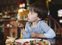Όταν τρως έξω με τα παιδιά: Αλήθειες βγαλμένες από τις… οικογενειακές εξόδους μας
