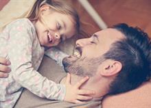 Τα στάδια που περνάει η σχέση κάθε κόρης με τον μπαμπά της