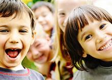 Οι πράξεις καλοσύνης κάνουν τα παιδιά πιο ευτυχισμένα
