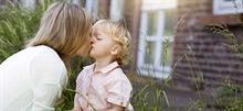 Είναι κακό να φιλάμε τα παιδιά στο στόμα;