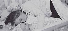 Ο απίστευτα συγκινητικός λόγος που αυτή η μητέρα κοιμήθηκε στην κούνια του μωρού της