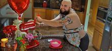 Ο συγκινητικός λόγος που αυτός ο άντρας πόζαρε στην πιο αστεία φωτογράφηση για τον Άγιο Βαλεντίνο