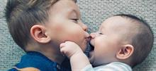 Πώς να βοηθήσετε τα αδέλφια με μεγάλη διαφορά ηλικίας να δεθούν
