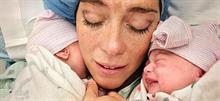 Η στιγμή που μια μαμά αντικρίζει πρώτη φορά τα δικά της μωρά του ουράνιου τόξου