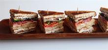 Πώς να φτιάξετε εύκολα πεντανόστιμο club sandwich κοτόπουλο