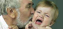 Είναι λάθος να πιέζουμε τα παιδιά να φιλούν και να αγκαλιάζουν κάποιον που δεν θέλουν