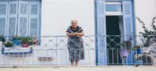 Γιαγιά τραγουδάει για τα εγγονάκια της απ' το μπαλκόνι και μας συγκινεί
