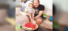 Ο μπαμπάς του μικρού Ραφαήλ έχει γενέθλια και τα γιορτάζει αγκαλιά με τον μονάκριβό του
